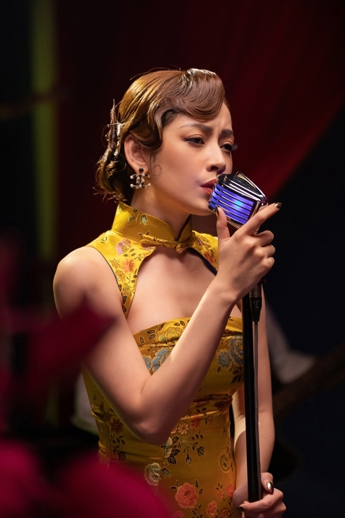 Trong chương trình, Chi Pu còn biểu diễn nhiều ca khúc nhạc Hoa lời Việt: Tình hồng như mơ, Ánh trăng nói hộ lòng tôi...
