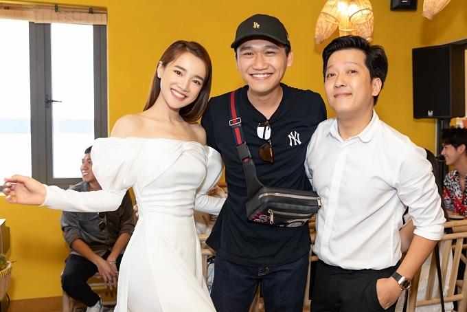 Diễn viên Xuân Nghị (giữa) chúc nhà hàng mới của Trường Giang kinh doanh phát đạt.