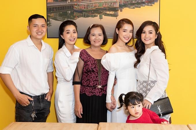 Gia đình Nhã Phương có mặt đông đủ chúc mừng cô.