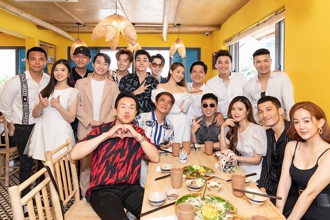 Dàn nghệ sĩ showbiz Việt dành thời gian đến dự tiệc khai trương của vợ chồng Nhã Phương - Trường Giang.