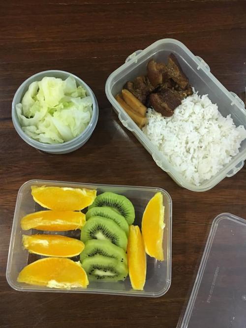 Đến khi con học lớp 3, tôi bắt đầu chuẩn bị các bữa ăn nhẹ và ăn trưa để con mang từ nhà đi, giúp con cảm nhận được tình gia đình, cha mẹ luôn ở bên kể cả khi con tới trường, có tình yêu với hương vị ẩm thực Việt, chị bộc bạch. Đây cũng là điều mà chị học được từ mẹ mình khi bà cũng thường dậy sớm nấu cơm cho con.