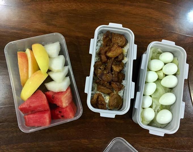 Việc nhiềugia đình của các học sinh trong trường cùng chuẩn bị sẵn đồ ăn cho con cũng giúp các bécó cơ hội trao đổi đồ ăn cho nhau. Điều này cũng được con chị Bình ghi lại trong nhật ký.