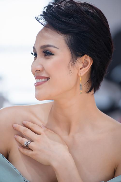 Nhận show đầu tiên show thời gian nghỉ tránh dịch, Phương Mai chọn kiểu trang điểm cá tính nhấn vào đôi mắt khói kết hợp tóc tém và váy trễ vai quyến rũ.