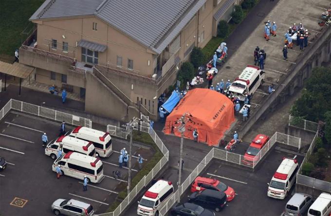 29 xe cứu thương được cử đến hiện trường ở trung tâm chăm sócTsukui Lily Garden ởSagamihara, Nhật Bản hồi tháng 7/2016. Ảnh: EPA.