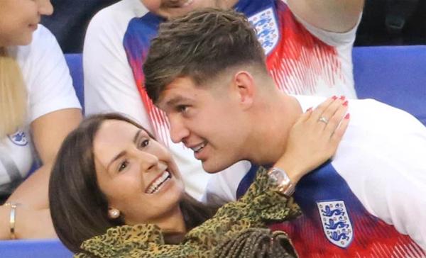 John Stones và Millie Savage quấn quýt bên nhau tại World Cup 2018. Ảnh: Sun.