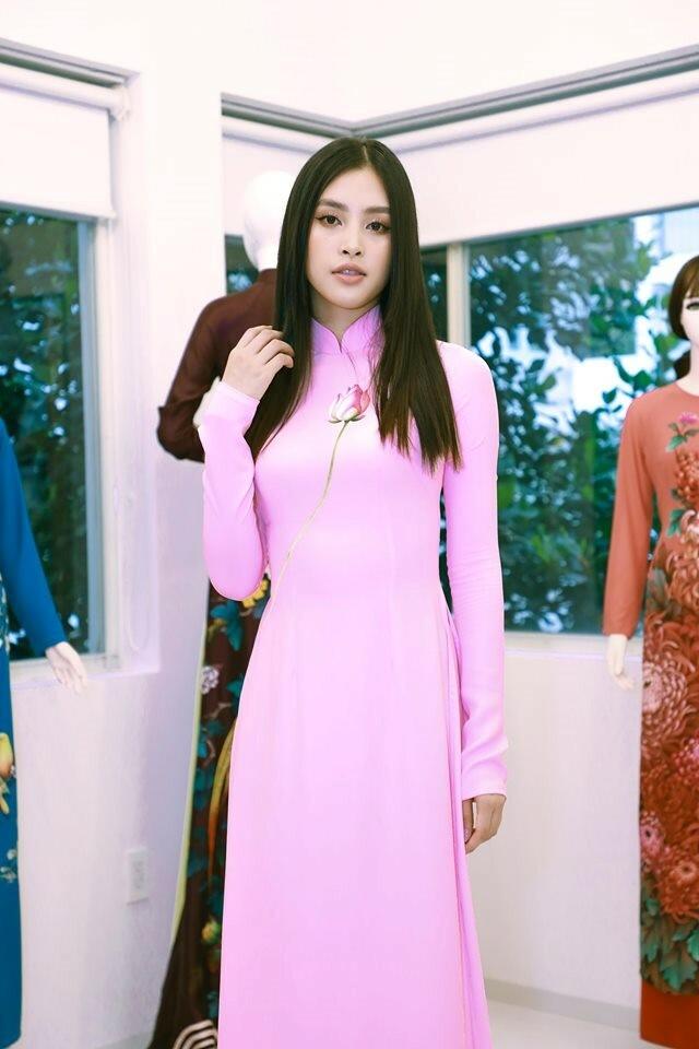 Hoa hậu Việt Nam 2018 Tiểu Vy - đại sứ hình ảnh chương trình - tôn dáng với tà áo dài hồng.
