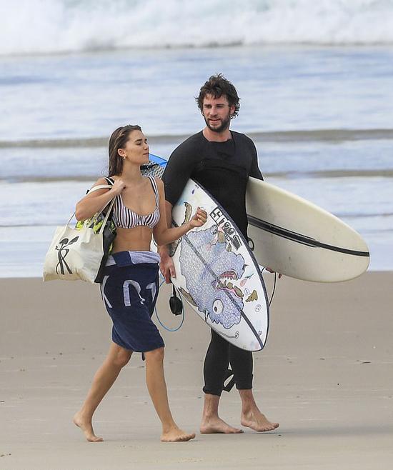 Liam Hemsworth và người yêu 22 tuổi Gabriella Brooks đi lướt sóng vào tuần trước.