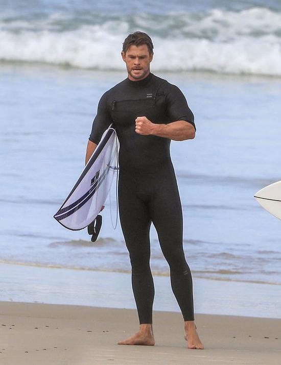 Anh trai của Liam là tài tử Chris Hemsworth tham gia cùng cặp đôi.