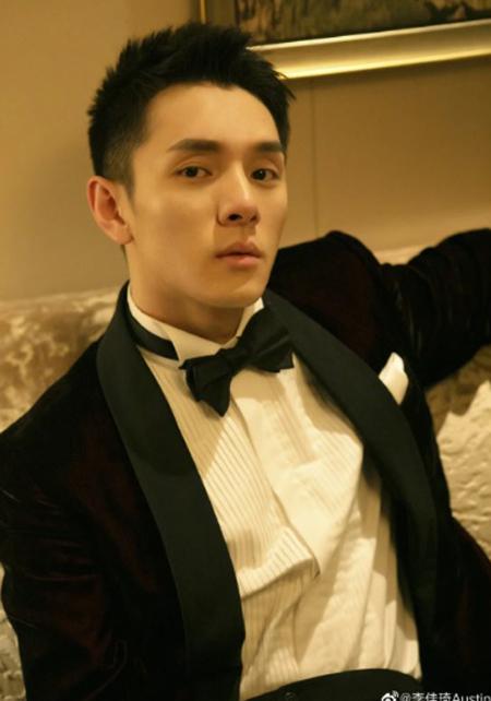 Li bảnh bao với vest sau những buổi livestream bán son. Ảnh: Weibo.