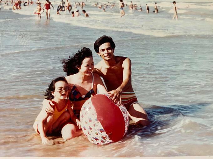 Phạm Quỳnh Anh thời nhỏ bên bố mẹ.