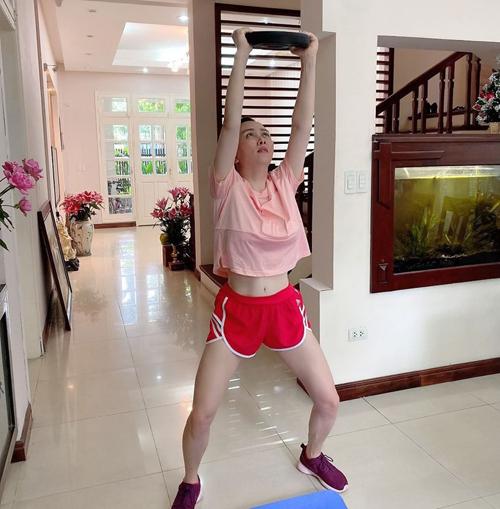 Nữ doanh nhân Phượng Chanel chăm chỉ tập thể thao trong suốt thời gian ở nhà tránh dịch.