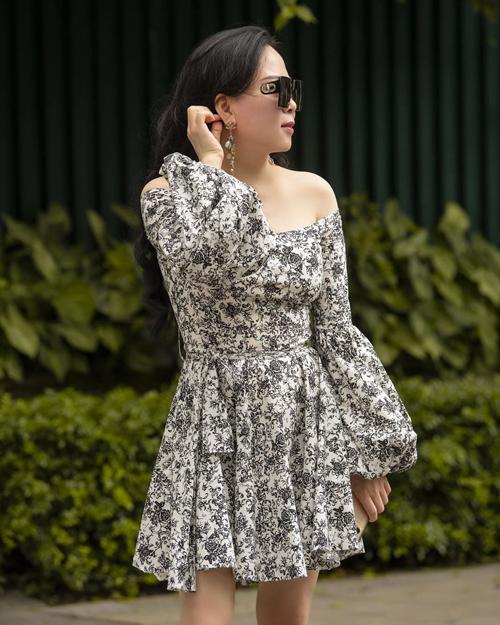 Bà xã Quách Ngọc Ngoan chọn nhiều trang phục khai thác khoảng hở để khoe dáng sau khi giảm được 2kg.