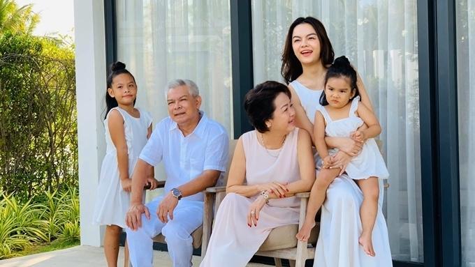 Phạm Quỳnh Anh bên bố mẹ và hai con trong kỳ nghỉ gần đây.