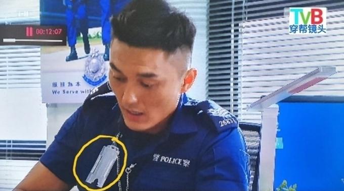 Phim Đặc cảnh sân bay đạt rating cao trên sóng TVB trong đợt cách ly vì Covid-19 cũng vướng nhiều sạn. Trong một cảnh phim, nhân vật của Dương Minh đánh rơi thẻ cảnh sát lúc nào không hay.