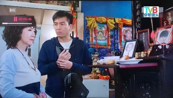 Trong Pháp sư bất đắc dĩ 2, nhân vật Hào qua đời khi còn nhỏ. Vậy mà trong bức ảnh thờ của gia đình, nhân vật này là một người trưởng thành, do ca sĩ Hồ Hồng Quân đóng.