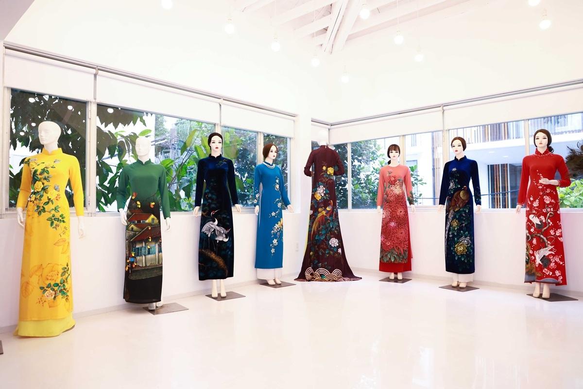 Đến chương trình, khách mời có cơ hộichiêm ngưỡng những tác phẩm nghệ thuật về áo dài, lắng ngheloạtnhạc cụ dân tộc như đàn tranh, sáo và cảm nhận nét đẹp, hương thơm của hoa sen Việt.