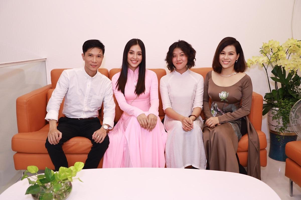 Với tôi, áo dài không đơn thuần là công việc mà còn là tình yêu, trách nhiệm. Mỗi người Việt cần thể hiện trách nhiệm của mình với chiếc áo dài, có thể trong suy nghĩ, lời nói hoặc hành động. Trang phục này có thể kết nối giá trị truyền thống với hiện đại, người đang lưu giữ nét đẹp văn hoá và người thưởng thức, anh nói.