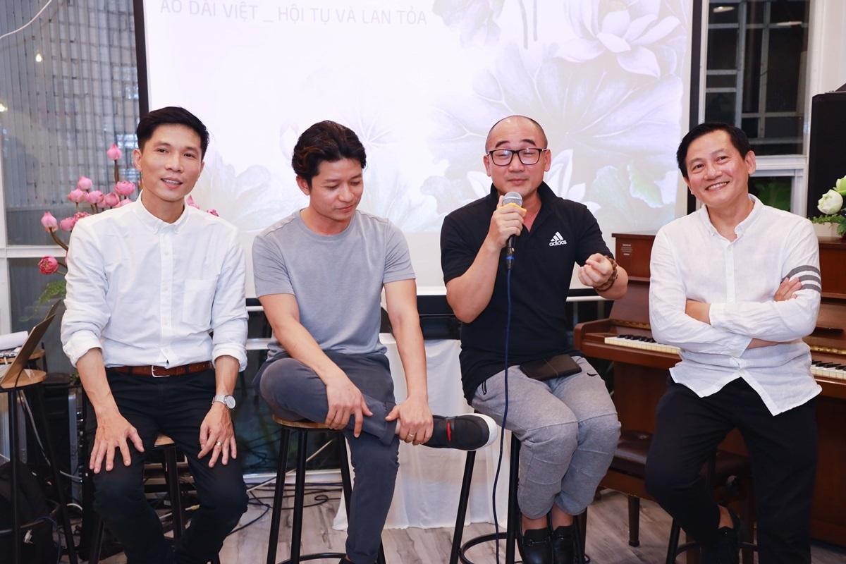 Ngoài ra, khách mời còn được lắng nghe những câu chuyện lịch sử về tà áo dài được kể bởi NTKSỹ Hoàng, NTK Thuận Việt, Nhiếp ảnh gia Trịnh Quốc Huy, đạo diễn hình ảnh Vô Thường...
