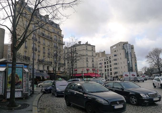 Sở dĩ nó có hình dạng như vậy là vì phụ thuộc vào sơ đồ của đường phố. Mặt tiền tòa nhà uốn cong theo quảng trườngPlace Cambronne - nơi giao nhau của 10 ngã đường.