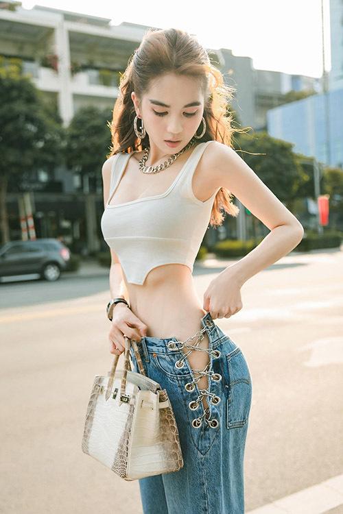 Nữ người mẫu diện kiểu quần độc đáo và áo crop-top tôn ba vòng cơ thể khi ra phố.