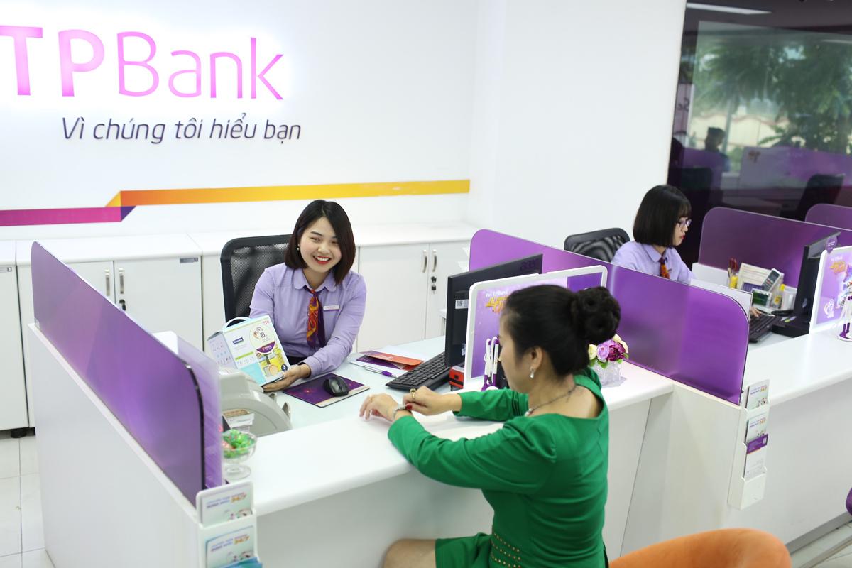 Giao dịch viên của TPBank giới thiệu gói sản phẩm mới cho khách hàng.