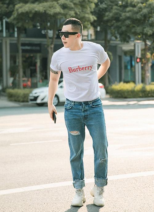 Ông bầu Vũ Khắc Tiệp cũng mặc áo thun, quần jeans đi dạo. Anh có hẹn uống cà phê với Ngọc Trinh.