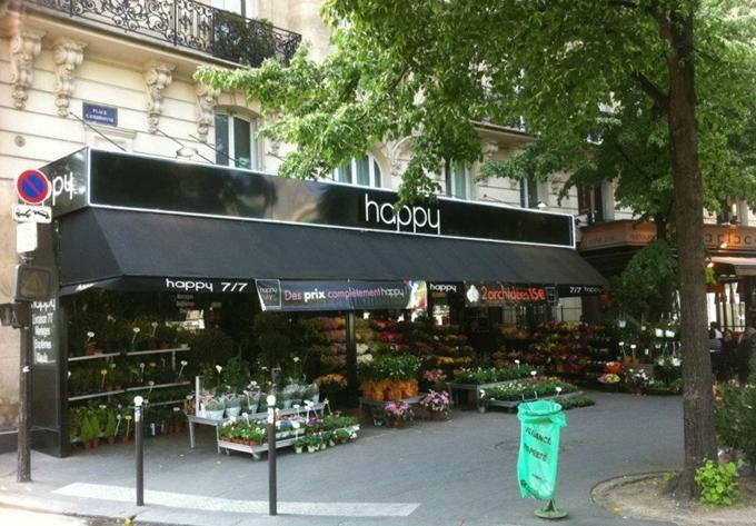 Bên dưới tòa nhà, người ta tận dụng vỉa hè để mở nhà hàng, cà phê và tiệm hoa. Trong đó Happy là một trong những tiệm hoa khá nổi tiếng ở Paris.