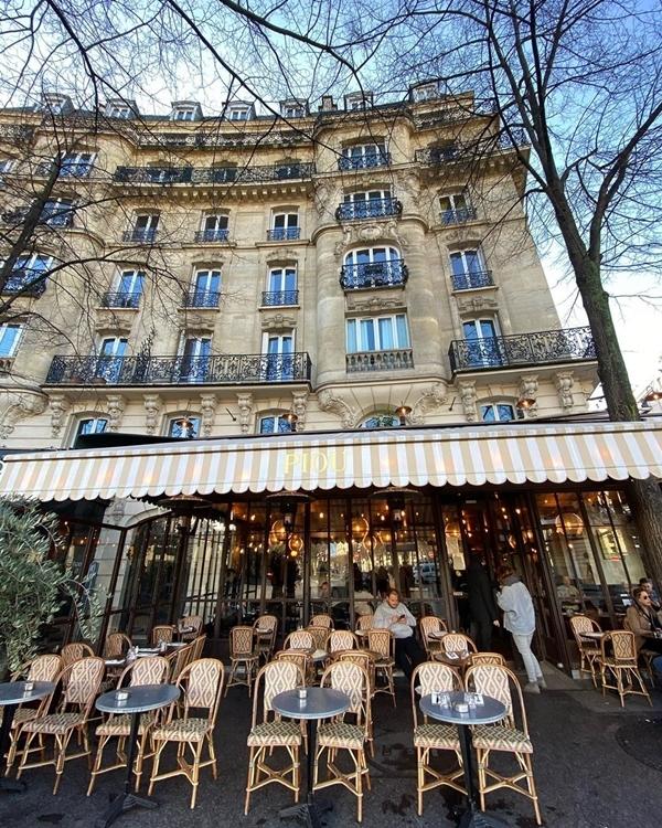 Kế bên là Piou - nhà hàng chuyên ẩm thựcPháp khá nổi tiếng ở kinh đô ánh sáng. Đây là nơi lý tưởng để du khách nhâm nhi ly cà phê sáng ngắm đường phố, dùng bữa trưa kiểu Pháp.Ảnh somswnchr