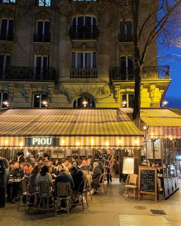 Đặc biệt ban đêm quán khá đông kháchthưởng thức rượu vang và chill theo tiếng nhạc sống vào ban đêm. Ảnhelen_pollyrolly