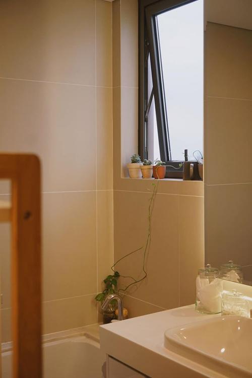 Khu vực nhà tắm, vệ sinh được trồng thêm cây xanh ở bậu cửa sổ.