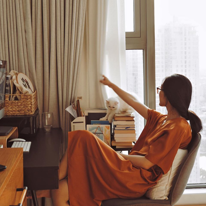 Căn hộ của Helly Tống nằm ở Thảo Điền, TP HCM, có diện tích 143 m2, gồm 3 phòng ngủ, 1 phòng làm việc.Fashionista chọn lựa căn hộ đã hoàn thiện,được trang bị sẵn đồ dùng tối thiểu cho khu bếp, phòng tắm.