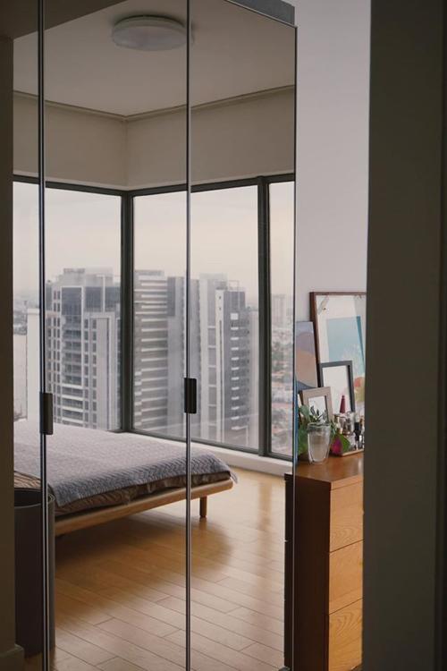 Hai mặt kính trong phòng ngủ giúp Helly Tống thỏa sức ngắm nhìn thành phố từ trên cao.