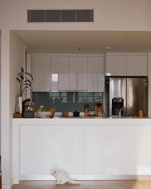 Nhưng nhờ việc ngôi nhà có sẵn nội thất cơ bản gồm tủ quần áo, bếp giúp chị tiết kiệm chi phí.Nếu có mục tiêu tiết kiệm, Helly Tống đưa ra lời khuyên bạn thử bắt đầu bằng lối sống tối giản, chọn lựa nội thất đa chức năng. Chị chủ yếu chọn nội thất để đáp ứng nhu cầu hàng ngày nhưng cũng đem lại sự thoải mái, đồng điệu cho căn nhà.