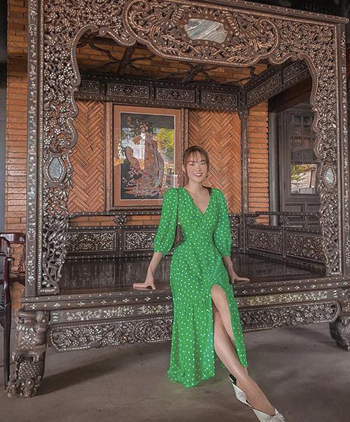 Bên cạnh các kiểu váy xẻ bất tận, chị em văn phòng có thể tham khảo các kiểu đầm vintage của Minh Hằng và nhiều sao Việt.