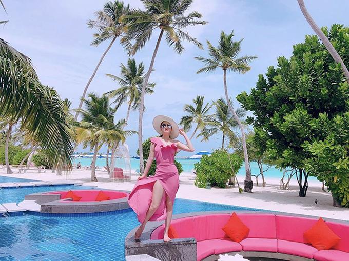 Nếu thích trang phục tông màu bắt mắt thì bộ cánh hồng cánh sen của Bảo Thy là gợi ý hợp lý cho các nàng khi chọn đồ di nghỉ mát vào mùa nắng.