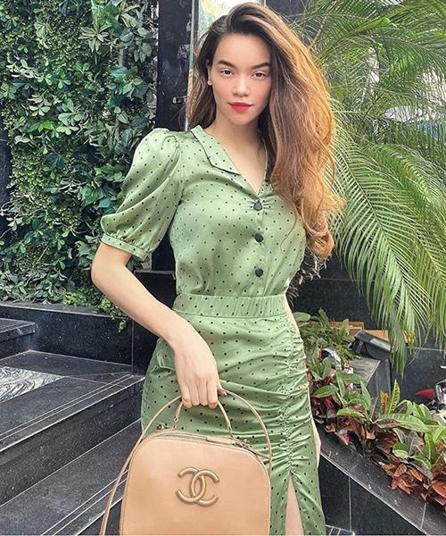 Áo tay bồng ton-sur-ton cùng chân váy xẻ của Hồ Ngọc Hà là trang phục dành cho các tín đồ của dòng thời trang cổ điển. Set đồ dễ sử dụng khi đi làm hoặc đi dạo phố vào mùa hè.