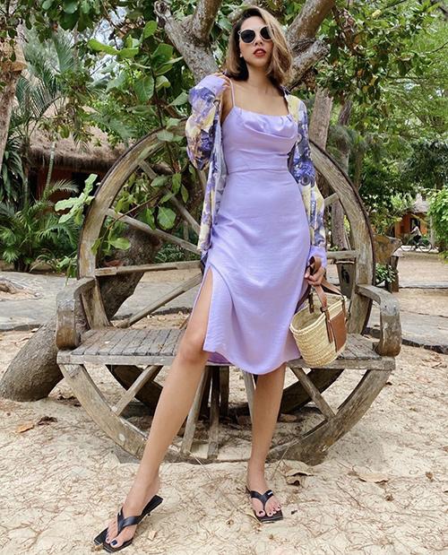 Váy hai dây thiết kế trên chất liệu vải lụa,ga, tím lãng mạn sẽ khiến phái đẹp gợi cảm hơn khi lên đồ dạo phố.