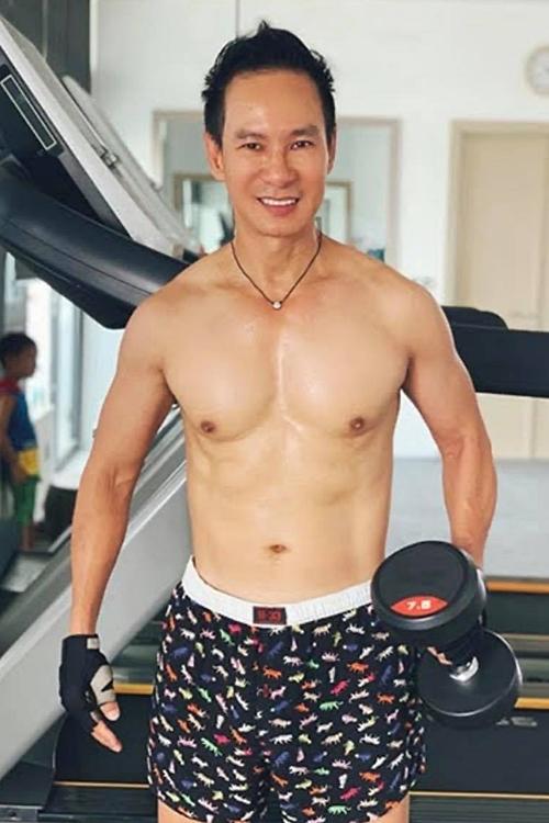 Ở tuổi ngoài 50, anh chú trọng việc rèn luyện sức khoẻ. Anh tập gym từ 45 phút đến 1 tiếng mỗi ngày.