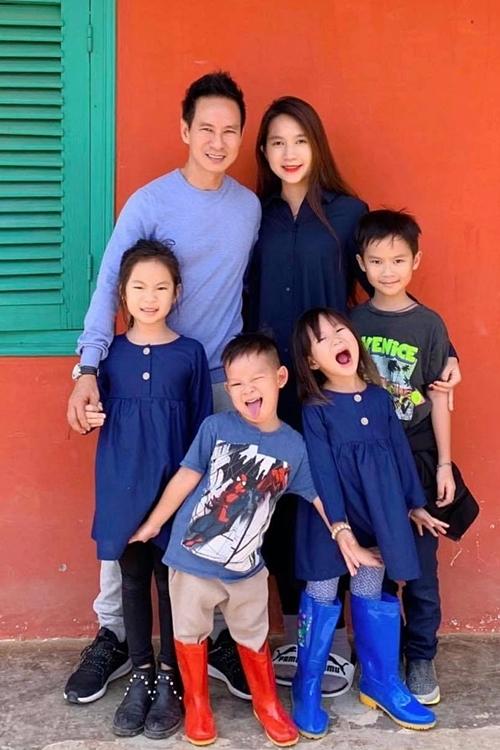 Lý Hải có cuộc sống hạnh phúc bên vợ và bốn con.