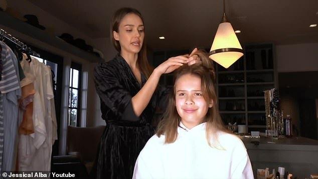 Jessica Alba thử cắt tóc cho con gái 11 tuổi.