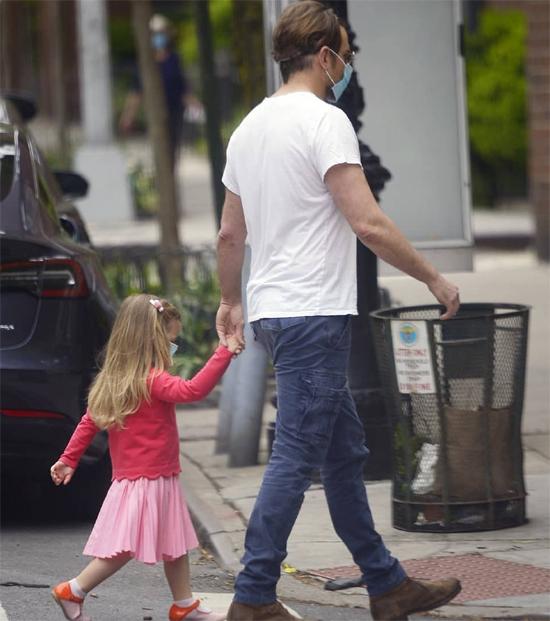 Là một ông bố yêu con hết mực, Bradley luôn sẵn sàng ra phố cầm theo đồ chơi, bình sữa hay những món đồ điệu đà của công chúa nhỏ. Không giống những tài tử khác, Bradley cũng thoải mái đi chơi cùng con trên phố chẳng nề hà bị paparazzi chụp hình và người đi đường nhận ra.