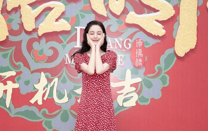 Hôm 18/5, Cổ Lực Na Trát dự sự kiện khai máy phim cổ trang mới do cô đóng chính. Theo nguyên tác tiểu thuyết, nhân vật của cô là một cô gái ở thế kỷ 21 xuyên không về thời phong kiến, sau này trở thành nữ quan dưới triều Đường.