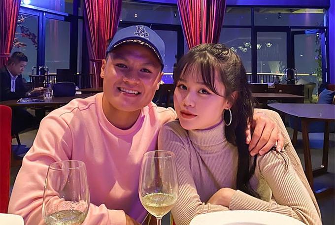 Quang Hải đăng ảnh công khai bạn gái mới Quỳnh Anh hôm 13/5 vừa qua. Ngay sau đó, trang cá nhân của cả hai đều chuyển sang trạng thái đang hẹn hò.