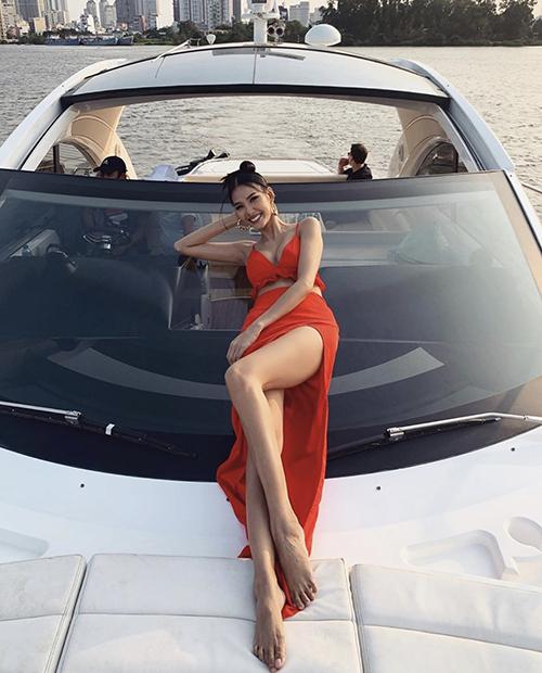 Những mẫu váy cắt xẻ táo bạo giống Hoàng Thuỳ là trang phục phù hợp với bạn gái có vóc dáng lý tưởng. Chân váy xẻ kết hợp với áo crop-top sẽ giúp họ khoe ưu điểm khi đi du lịch biển vào mùa hè.