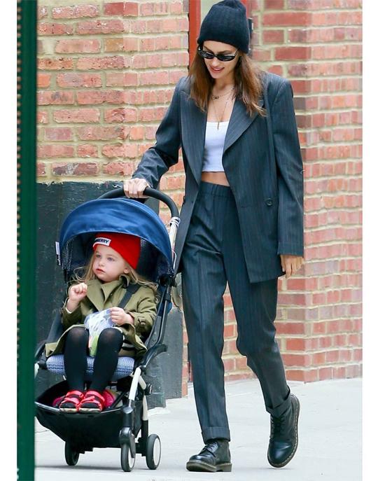 Irina và Bradley cùng chọn ở New York, trong hai căn hộ gần nhau để tiện đón đưa con gái. Cả hai hiện ở nhà , dành thời gian bên con giữa bối cảnh Covid-19.