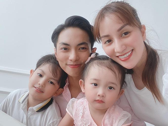 Gia đình Khánh Thi - Phan Hiển tranh thủ pose hình khi dự sinh nhật người thân.