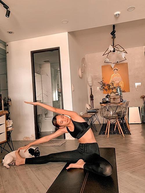 Người mẫu Lê Thuý chăm chỉ tập yoga mỗi ngày để giữ gìn sức khoẻ.