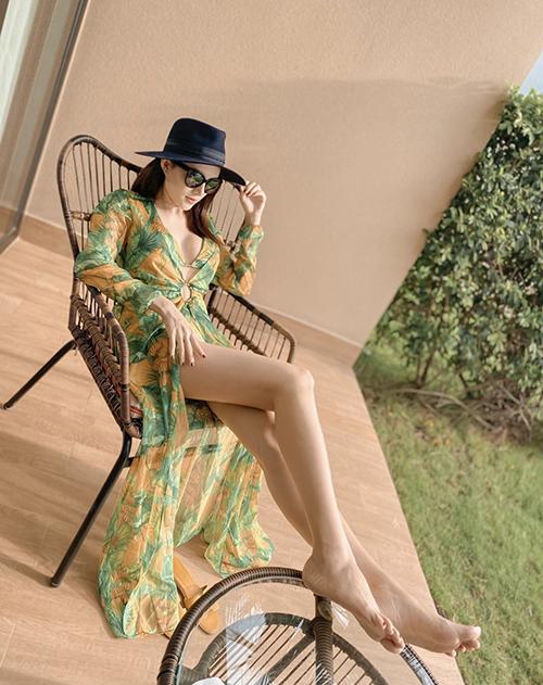 Váy lụa, áo choàng dáng dài với kiểu xẻ cao như của Lê Hà thường được mix cùng bikini tiệp sắc màu. Set đồ tạo cảm giác bay bổng và thoải mái khi đi nghỉ dưỡng.