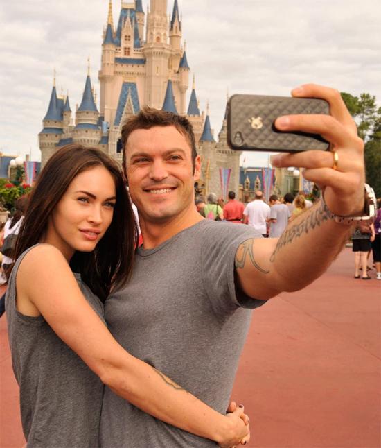 Cặp vợ chồng son quấn quýt bên nhau tại Disneyland ở Florida, tháng 11/2010. Megan thổ lộ: Tôi không thể tưởng tượng mình sẽ ra sao nếu không có anh ấy. Nữ diễn viên cũng chia sẻ trên Us Weekly sau khi kết hôn: Chúng tôi sẽ luôn bên nhau. Tôi yêu anh ấy nhiều hơn cả thời mới hẹn hò.