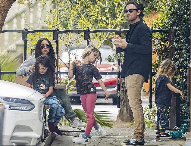 Vợ chồng Megan Fox cách ly riêng rẽ trong suốt thời gian qua nhưng vẫn gặp nhau đưa các con đi chơi. Cả nhà được trông thấy vui vẻ trong công viên nhỏ ở Los Angeles hồi đầu tháng 4.